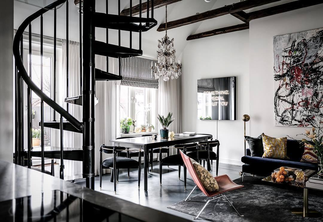 螺旋階段とダイニングテーブルの色が統一されていて空間のコンセプトが明確です。クッションのセンスも一流です。海外インテリアではクッションをアクセントにするお部屋をよく見かけますね。