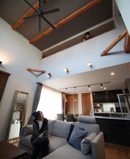 モダンインテリアsongdreamが提案するリビングダイニング。ウォールナットとライトグレーのソファでコーディネート。天井のダークグレーが同系色で統一されています。