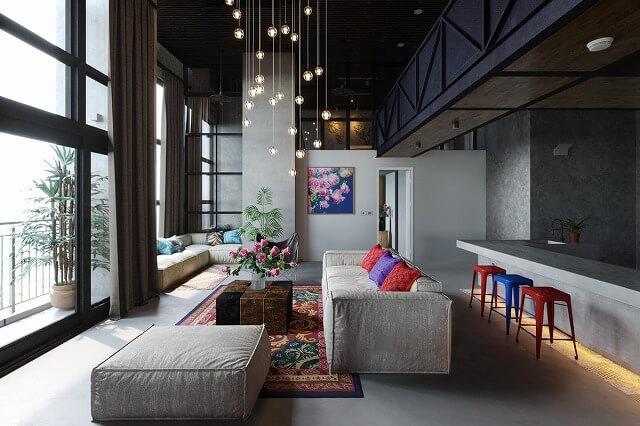 このオープンコンセプトのデザインは、友人や家族の間での懇親会に最適なレイアウトを作成します。2つの大きなソファとバースツールが、親密な会話のための完璧な座席配置になっています。私たちは特にこのリビングルームをポップにする小さなタッチが大好きです。青と赤のアクセントや独特のモダンなシャンデリアなど。