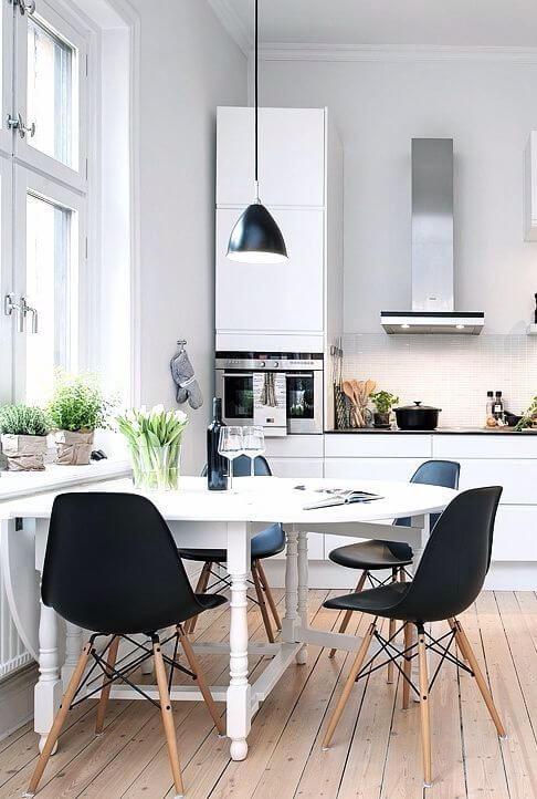 明るいフローリングに白いバタフライ色のテーブルでブラックのシェルチェアーで合わせています。北欧のモダンスタイルです。