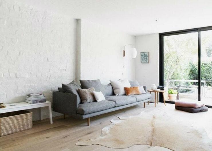明るい床のフローリングに壁は白い色で塗られています。おそらくは石造りの家でリフォームをしてきれいにしているような感じです。石造りの家は何年でも使えるのでその都度暴走して命を吹き込むのでしょう。ソファーはグレーを使っています。カウハイドのラグを使用しています。