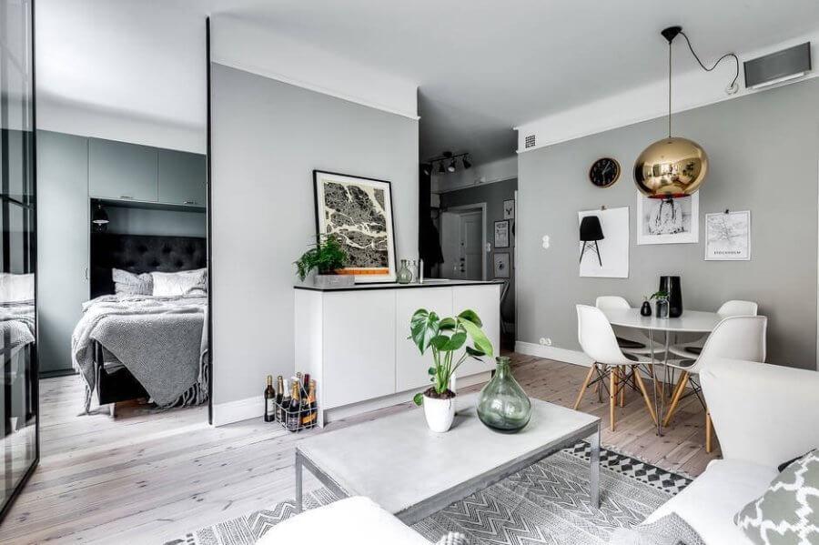 ホワイトに近いフローリングで壁の色は淡いグリーンです。ホワイトの家具で統一しておりペンダントライトのゴールドが個性的です。