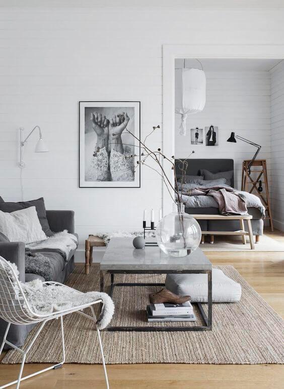 明るいフローリングにダークグレーのソファー合わせています。奥に見えるベッドルームも同じカラーで統一されています。ライトブラウンからの木製家具が床と同じような色でバランスを整えています。飾り方もすごくおしゃれで北欧風です。
