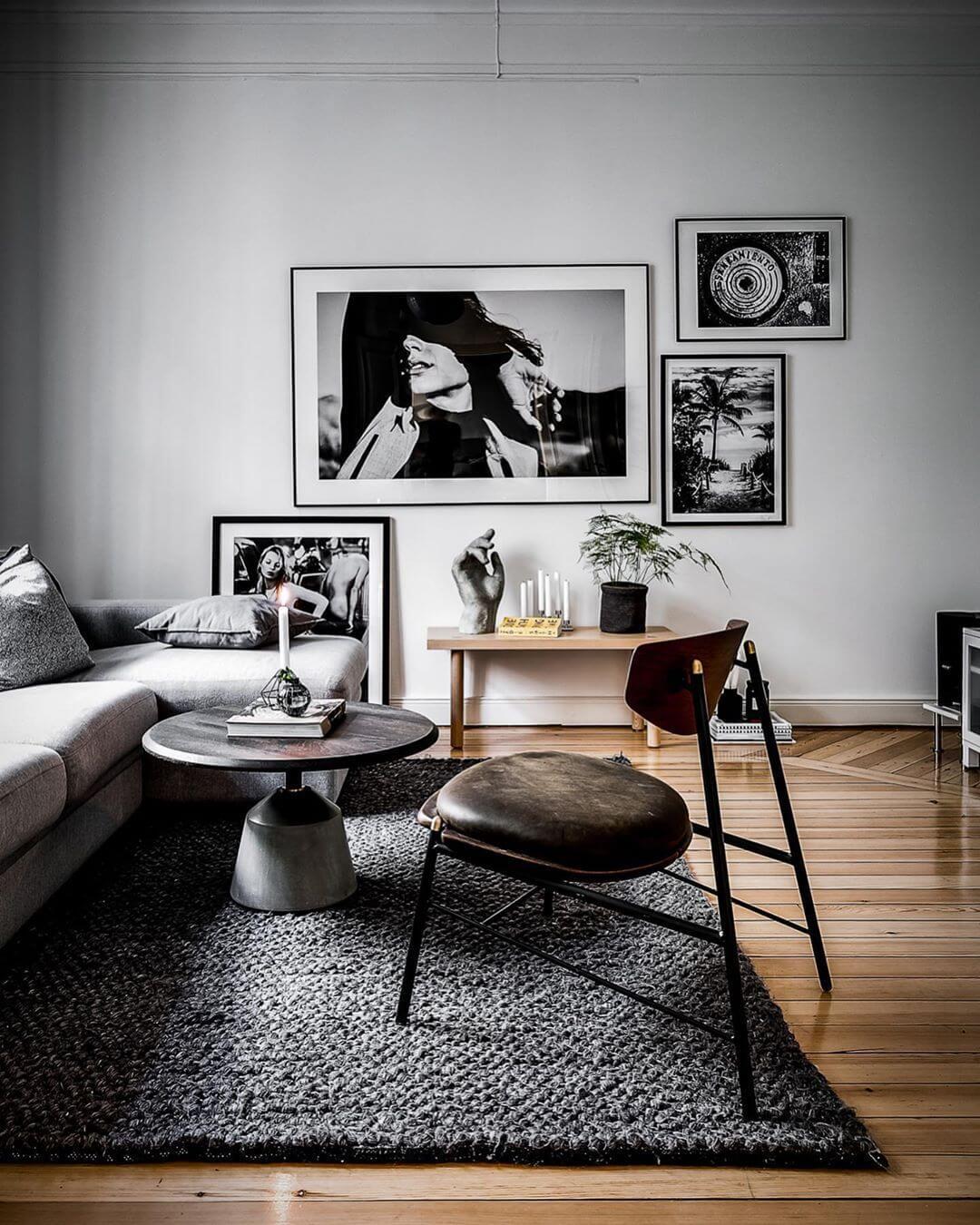 ライトグレーのソファーにダークグレーのラグマットです。壁にかけてある柄はすべてモノトーンで統一しています。
