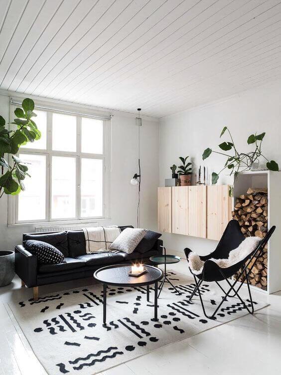 白い床にブラックレザーのソファーです。壁面に取り付けてある収納がナチュラルウッドで北欧っぽい印象があります。海外インテリア事例ではバタフライチェアのブラックがよく登場します。