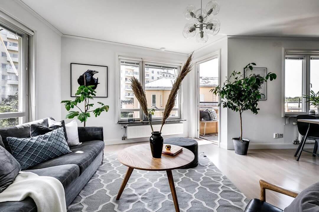 壁は白でフローリングは明るい木目を使っています。開放的なので観葉植物をたくさん置いてナチュラルな雰囲気を醸し出しています。