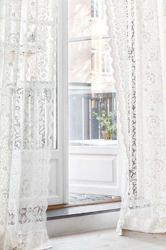 お部屋の雰囲気を引き立てる効果に加え、近年は、目隠し効果の高いミラーレースカーテンや、遮熱性のあるレースカーテンなど機能性のある商品も増えています。