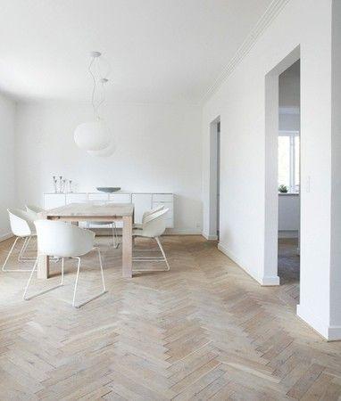 フローリングの色はかなりホワイトに近い木目調です。家具も同じ色で統一して無機質なイメージです。