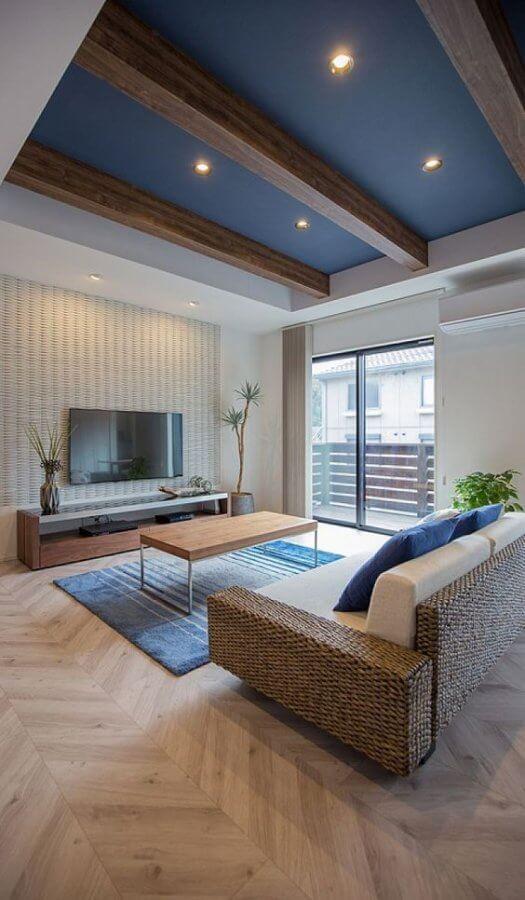 白に近いナチュラルカラーのヘリンボーンのフローリングです。ラグマットと天井のカラーをブルーで仕上げていることで統一感があります。西海岸スタイルに近いイメージです。ソファーはラタンを使用しています。そのためリゾート風な印象もありますね。