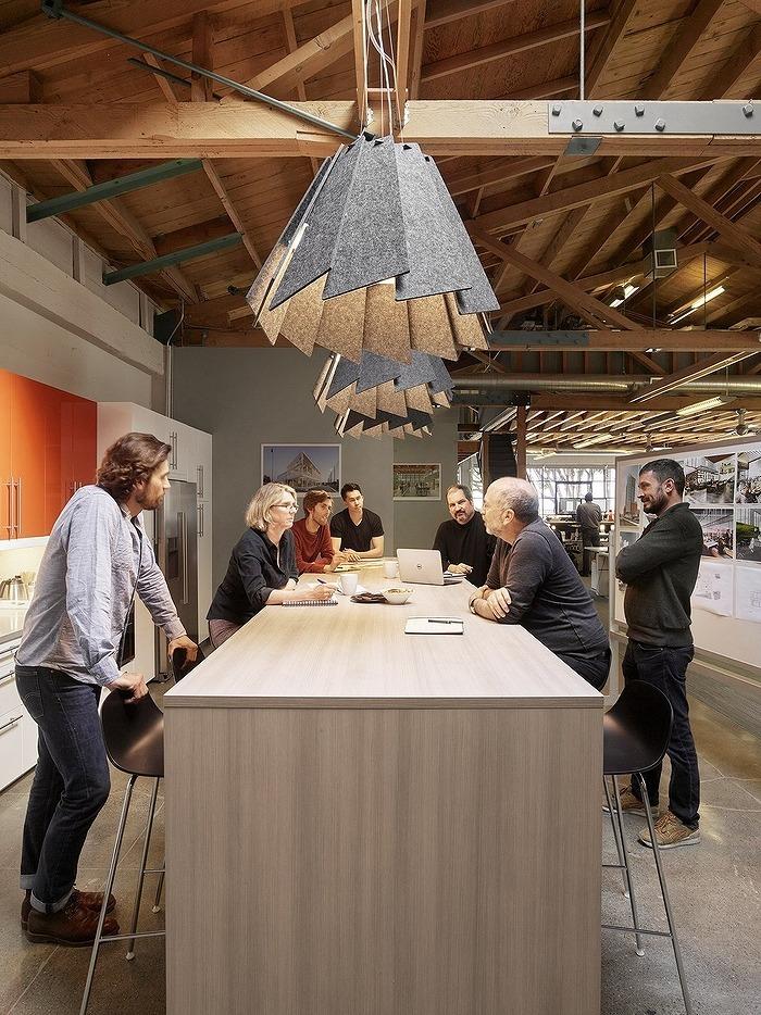 グレーの照明が個性的です。多くの人数でミーティングを行う場合にはバーカウンタータイプの高さにすることで気軽な印象を与えます。プロジェクトの初期段階で意見をいろいろと出していくような場合にはおすすめのスペースです。