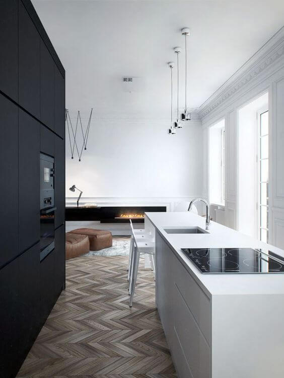 床はグレイッシュなヘリンボーンを採用しています。キッチンはブラックでシックな印象です。バーカウンターとキッチンカウンターが一体化しています。