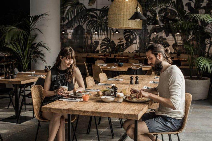 ギリシャのホテルのレストランで食事をするイメージ画像。