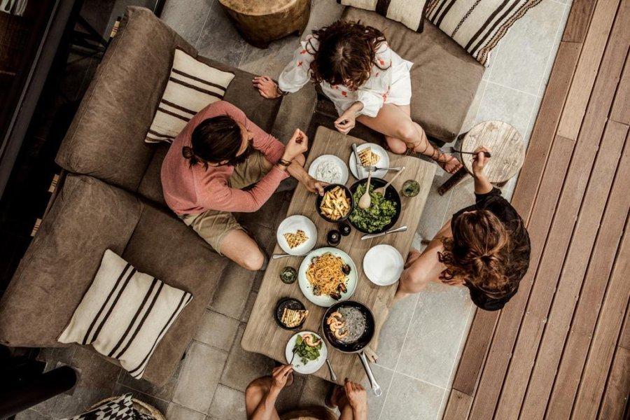 ギリシャのホテルCasa Cook Rhodesのソファ席のイメージ画像です。空間はベージュからブラウン系のイメージです。