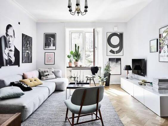 ナチュラルカラーのヘリンボーンの床に扉越しに白いソファーが見える海外インテリアのイメージ画像。