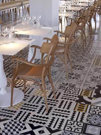 ヨーロッパのレストランの画像です。タイルをランダムで使用しており個性が非常に強いです。一般住宅よりも店舗様のイメージです。