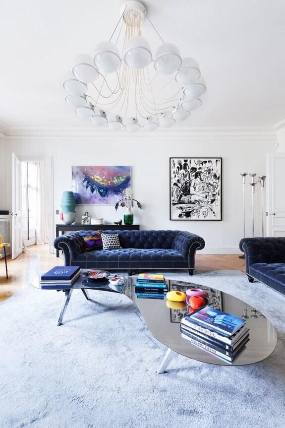 フローリングはナチュラルカラーのヘリンボーンです。ソファーはネイビーのソファーでデザインがクラシカルな印象です。ペンダントライトはかなり大きめで個性的なものを使用しています。