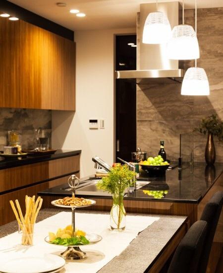 モダンインテリアsongdreamの提案する御影石ダイニングテーブルとキッチンのイメージ画像