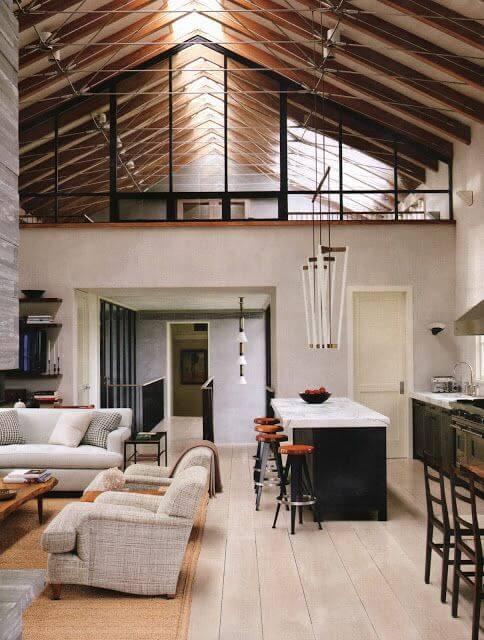 天井の梁がデザインの一部になっています。数が多いですね。