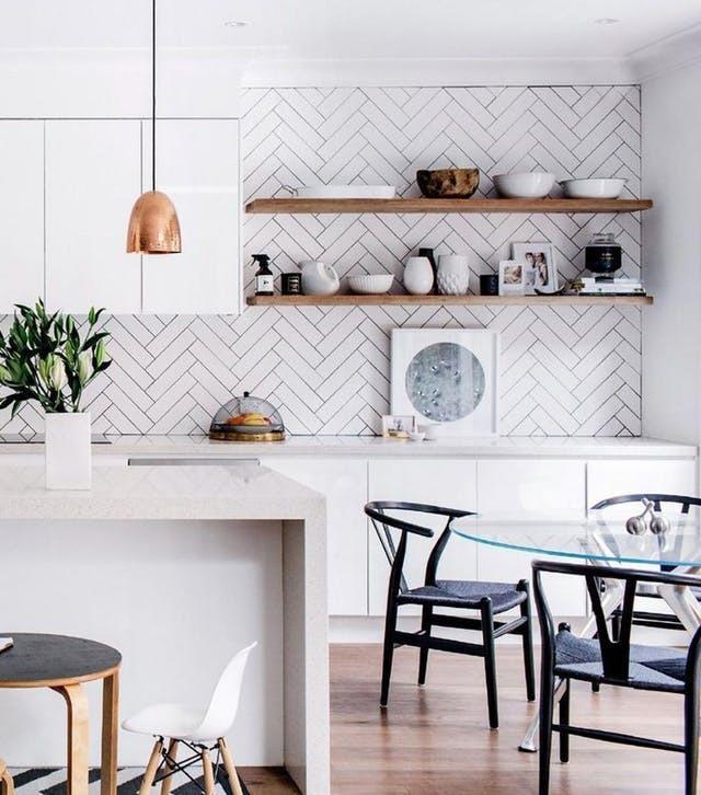 キッチンの壁面をヘリンボーンでアクセントにしています。色はホワイトですが構成は10分に出ています。店を開いてホワイトにせず木目にしているところがおしゃれなポイントだと思います。ペンダントライトはブロンズを採用しています。