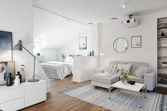 フローリングはミディアムブラウンで壁はホワイトです。ソファーはライトグレーのソファーを使用しています。ラグマットとクッションでアクセントにしていて全体のバランスが整っています。