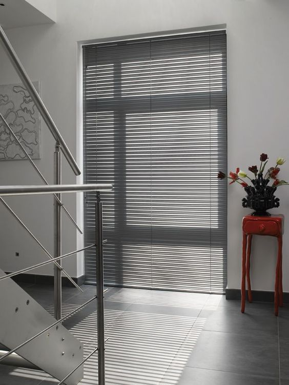 最も遮蔽性が高く、外からの視線を完全に遮ることができます。壁に密着しているため、カーテンよりも光漏れが少ないのもブラインドのうれしい点です。