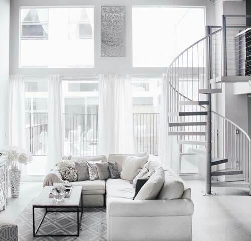 白いフローリングに白い家具で統一しているお部屋です。螺旋階段がおしゃれですね。