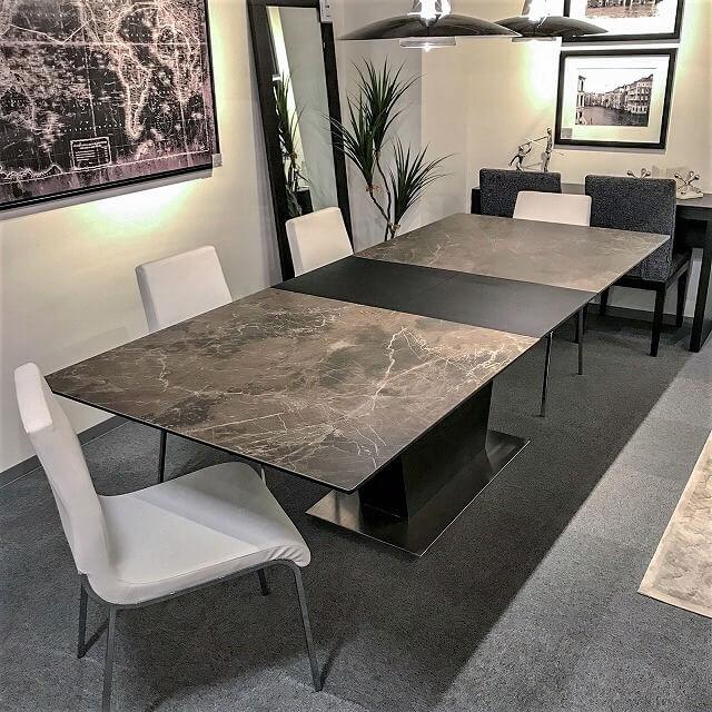 イタリアンセラミックとブラックオークのコンビネーションがモダンインテリアに溶け込む伸長式テーブル
