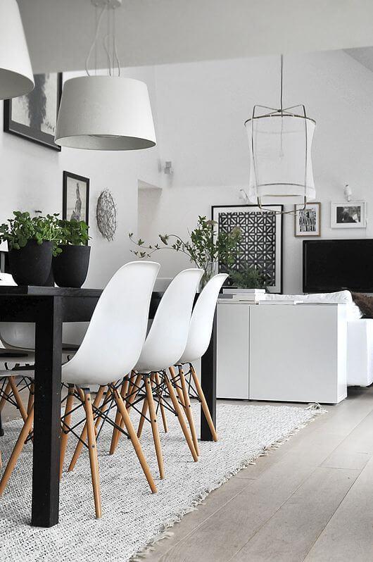 ブラックのテーブルとホワイトのシェルチェアーがきれいなコントラストを生み出しています。どちらも傷や汚れが目立つ色なので住んでいる人の掃除に対する熱意が重要です。