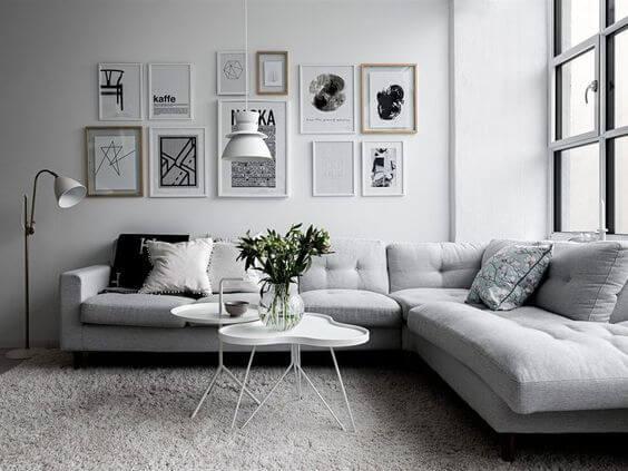 白いソファに観葉植物が映えるインテリアです。絵の飾り方も下面の高さを揃えて綺麗です。
