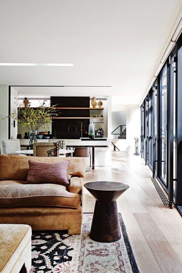 明るいフローリングにブラウン系のソファーを敷いています。窓枠の冊子がブラックでモダンな印象もありますが家具は逆に非常にラスティックなイメージです。心の落ち着きを与えながらもシックでかっこいい印象です。バランスの配分が素晴らしいです。