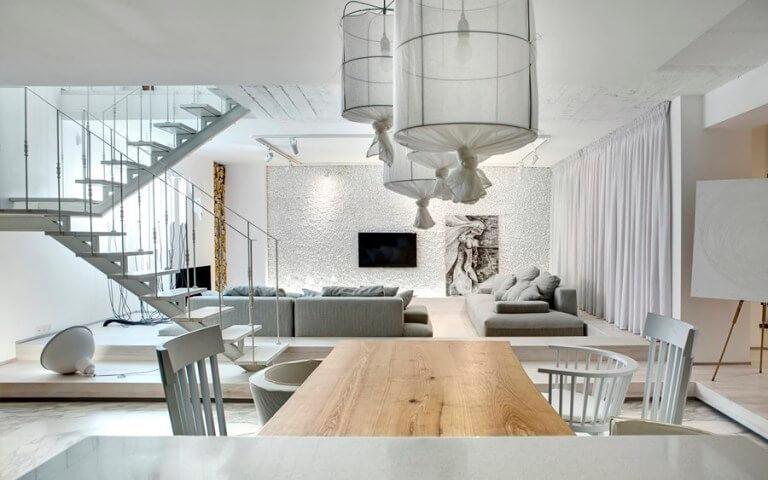 ホワイトのフローリングにライトグレーのソファーをコーディネートしています。ダイニングテーブルは天然木を使用してナチュラルテイストです。