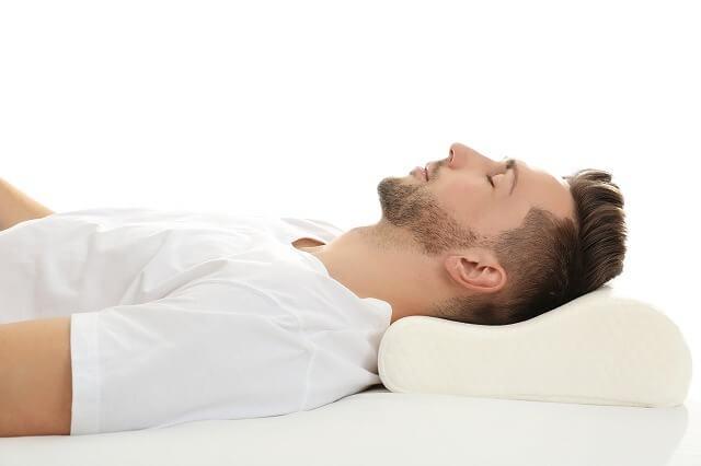 高すぎる枕だったり柔らかすぎる布団やマットでは、腰が沈み込み背骨などに負担をかけます。