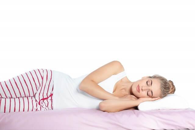 仰向けは舌が喉の奥に落ち込み、気道を塞ぎやすくなります。いびきや睡眠時無呼吸などを心配する人には、横向きが向いています。