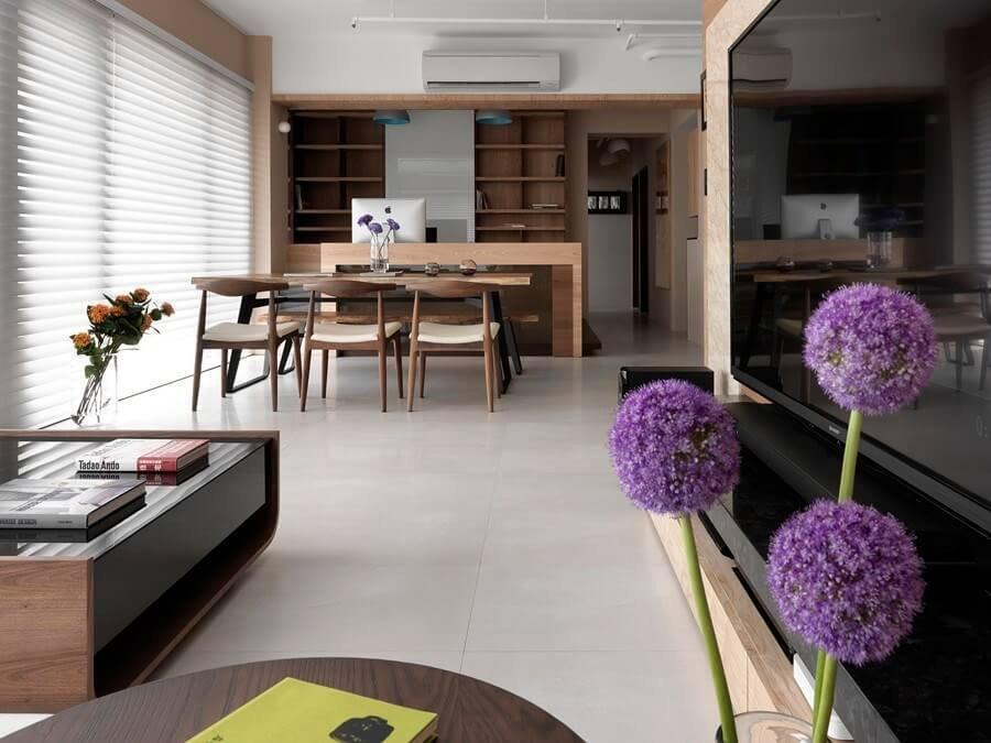 ホワイトのタイルとホイルナットの家具で統一されています。壁面等はナチュラルブラウンカラーで良い明るい色にしています。全体的にシャープなデザインで家具でやや丸みを出しています。