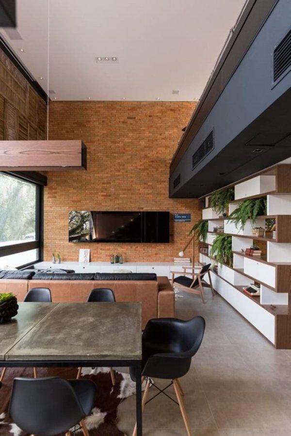 タイルの床にブラックの建具とレンガの壁面がアクセントになっています。レンガの壁面にテレビを取り付けています。ダイニングテーブルはビンテージ系のダイニングテーブルですダイニングチェアはシェルチェアーのブラックを使用しています。建具のブラックと揃っていて統一感があります。