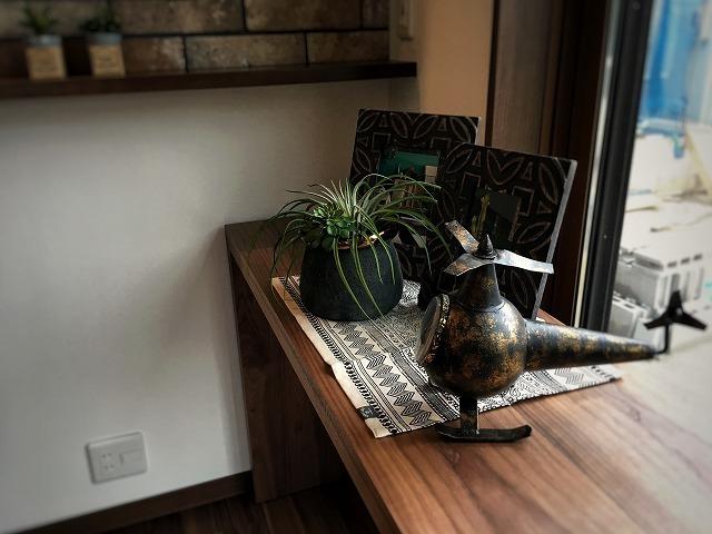songdreamが提案するコンソールテーブルは、重厚でありながらも軽快感のある仕上がりになっています。 オーソドックスな2本脚のデザインは、ダイニングからコンソールへとそのまま展開も可能です。