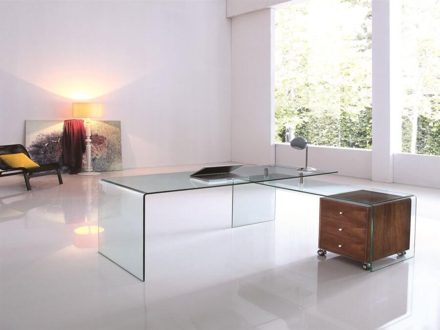 白い床にガラスのL字型デスク。