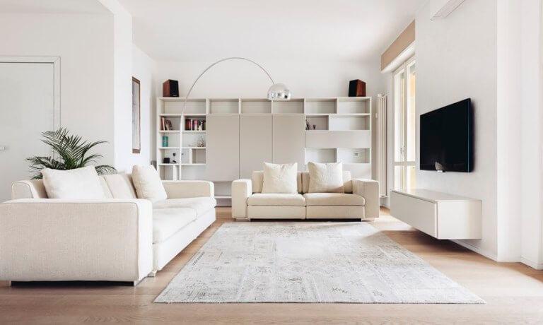 明るいフローリングに白いソファーで白いテレビボードです。壁面収納も隠せる部分とオーブンの部分があるのでシンプルになりすぎないようにオープンなるんで飾ることで空間をいくらでも表現できると思います。インテリアと言うのは足りなければ出していくと言う形で足し算で考えるのが良いと思います。