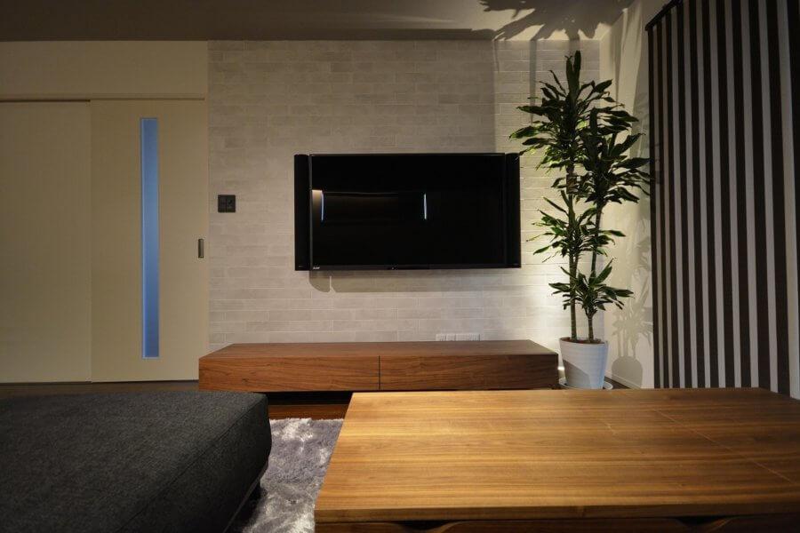 テレビを壁に掛けるか、テレビボードに置くかは初めに決めておく方が良いでしょう。有機ELのような薄型のテレビが登場していますので判断は難しいですね。