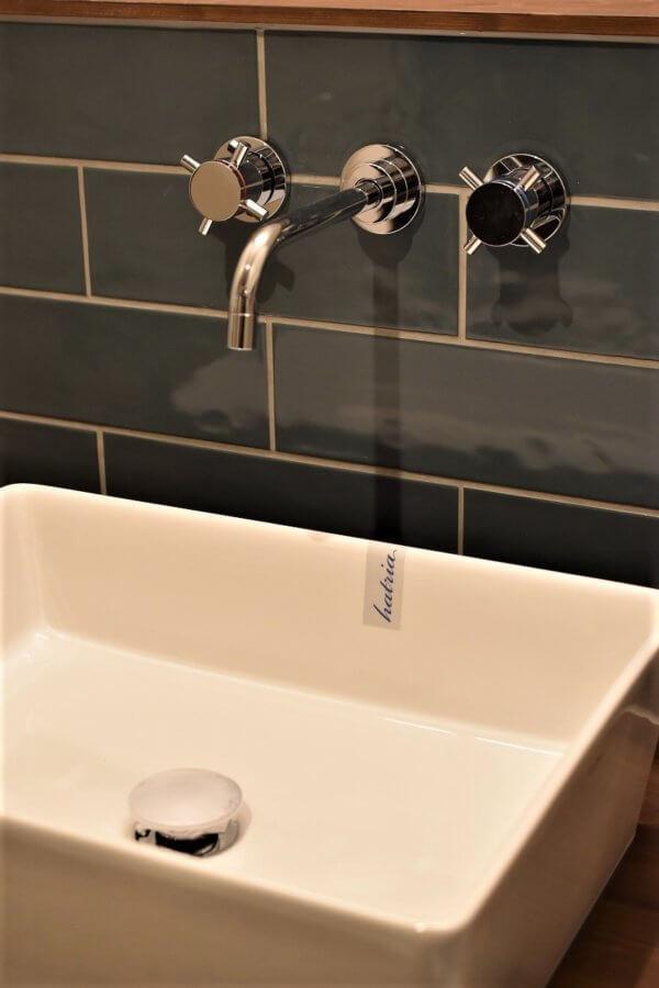 洗面台もホワイトとブルーグレーのタイルでおしゃれに演出されています。