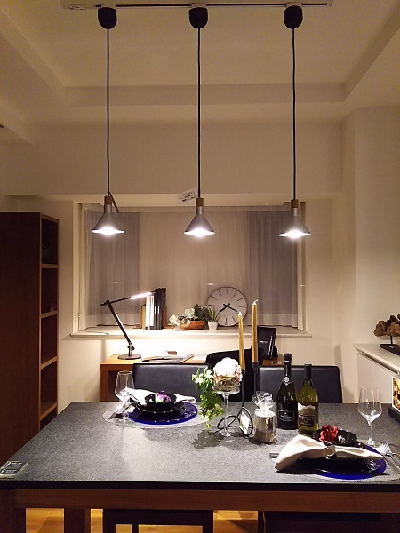 モダンインテリアsongdream名古屋店のモデルルーム内にある天板が御影石のダイニングテーブルから高さ80cmに設置したペンダントライト