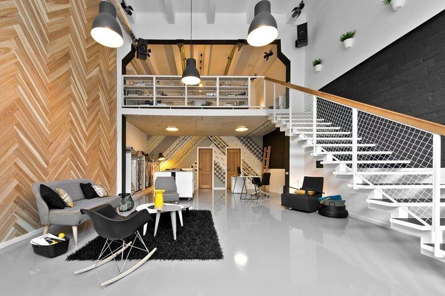 床はホワイトで壁面でヘリンボーンを採用しています。階段側の壁面はブラックでモダンな印象です。