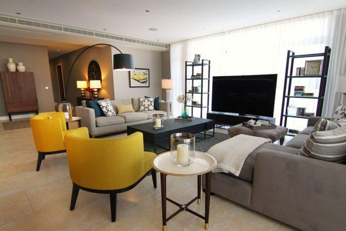 アイボリー系のタイルの床にブラックの木製家具とベージュ系のソファーに合わせています。リビングチェア2脚をイエローでコーディネートしておりアクセントとして使用しています。