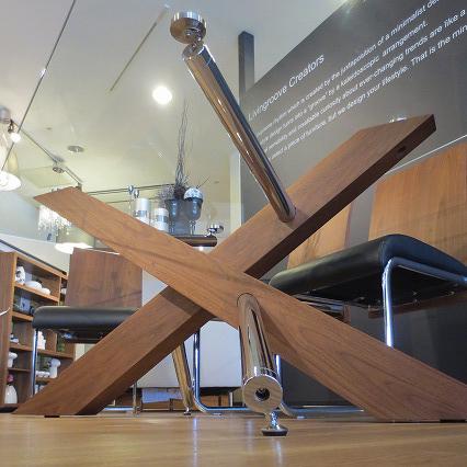 木脚と金脚が複雑にクロスしていて、なんともダイナミックなスタイルのテーブルです。