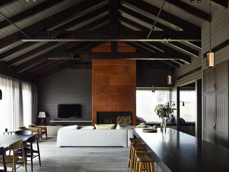 中央の暖炉と白いソファは、部屋の残りの部分と大胆に対照的です。