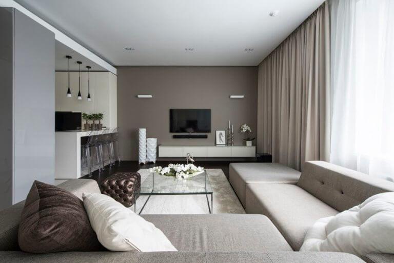 黒い床とベージュ系のソファのインテリア事例
