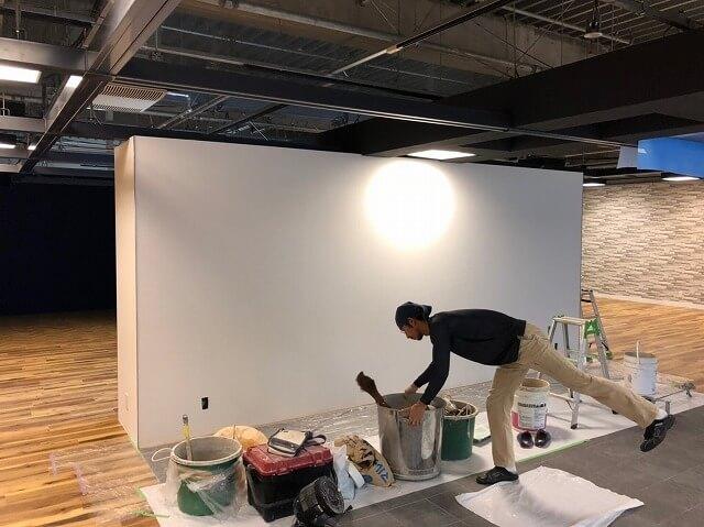 シリカライムは下地処理が大切です。おしゃれな空間を作るうえでは見た目も重要ですが塗装の仕上がり具合は重要です。モダンインテリアはシンプルさが重要なので大切な工程と言えます。