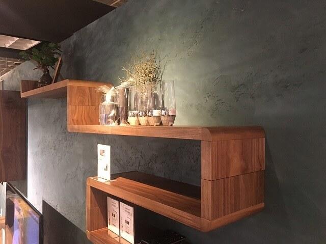 壁面取付用の棚をシリカライムの壁に据え付けました。白い壁をバックに飾るのとは違う印象ですよね。