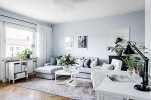 キッチンは、白い(キッチンキャビネット、壁の色)、グレー(壁、シャッター)、木製のカウンタートップと白い床の組み合わせです。白は小さな部屋に最適です!