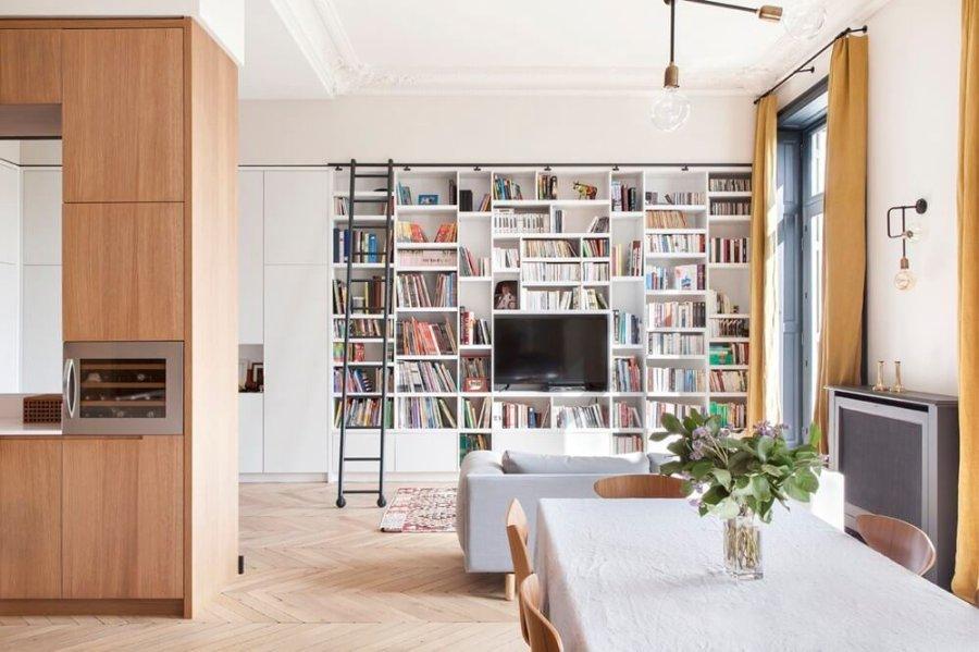 壁面一面を本棚として使用しています。全てがホワイトカラーになっているので圧迫感がありません。床はナチュラルライトブラウンです。